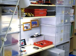 レゴ収納棚に囲まれたステキ作業スペース
