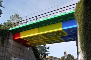 リアルに融合したレゴの橋